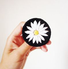 Marguerite brodée : patch, broche, pins