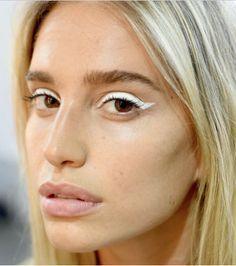Olhos bem delineados funcionam bem tanto durante o dia quanto à noite. Sempre cool, esse estilo de make pode até ser feito na cor branca! A maquiadora da M.A.C, Fabiana Gomes, ensina um passo a passo para o delineador perfeito.