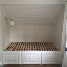 I like the white drawers under the bed built in Loft Room, Bedroom Loft, Girls Bedroom, Attic Renovation, Attic Remodel, Sloped Ceiling Bedroom, Attic Bedrooms, Up House, Attic Spaces