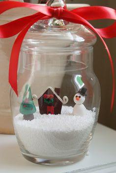 Frasco de boticario + Sal de magnesio + Adornos de Navidad = Centro De Mesa. #DecoracionesDeNavidad