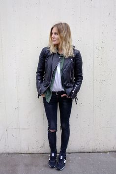 New Balance convert: Full post on Fashion Me Now Fashion Me Now, Fashion Weeks, Stylish Street Style, Khaki Shirt, Black Ripped Jeans, Denim Jeans, Winter Stil, Models, Mode Style