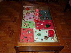 Folhas de scrap no fundo da mesa e estrelinhas de origami para preencher os espaços