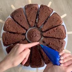 Hundreds of delicious cake ideas inside - Christmas Desserts Cake Decorating Videos, Cake Decorating Techniques, Cookie Decorating, Christmas Desserts, Christmas Treats, Fun Desserts, Food Cakes, Cupcake Cakes, Rodjendanske Torte