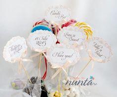 Un set foarte elegant de 6 etichete pentru candy bar cu model damask si fundita somon.