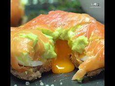 Bola de salmão fumado com recheio de abacate e ovo Food For Thought, My Recipes, Sushi, Food Porn, Brunch, Low Carb, Yummy Food, Ethnic Recipes, Cooking Ideas