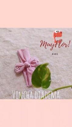 Vinchas diademas con nudo para bebes niñas Diy Big Bow Headband, Baby Headbands, Newborn Bows, Baby Bows, Sewing Baby Clothes, Baby Sewing, Crafty Hobbies, How To Make Headbands, Flower Video