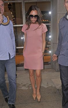 Victoria Beckham - Victoria Beckham Photos - Victoria Beckham Leaves the Four Seasons Hotel - Zimbio Day Dresses, Casual Dresses, Summer Dresses, Victoria Beckham Stil, Victoria Beckham Dresses, Fashion Wear, Fashion Dresses, Fashion Top, Emo Fashion