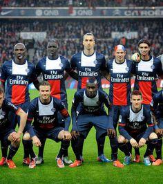Une photo de famille pour le PSG Psg, Paris Saint Germain Fc, Football Players, Photos, Soccer, Baseball Cards, Sports, Cutaway, Soccer Players