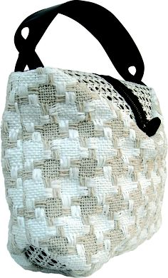 Pocker bag in handwoven fabric donna white with natural straw. zipper detail.