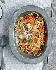 Pasta mit Röstgemüse aus dem Backofen und Pecorino.