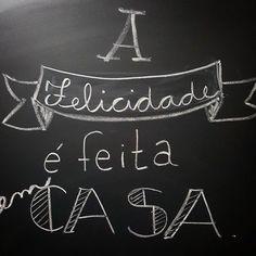 Felicidade tem gosto de comida caseira tem cheiro de roupa limpa tem o toque de lençol limpinho. Ser feliz tem que vir de dentro para fora. Não dá para esperar o outro fazer um dia acontecer. A sua felicidade é vc quem faz. #diiirceLispector #lousadadiiirce #pensamentododia #terça #chalk #lettering #chalkboard #felicidade #casa #instalikes