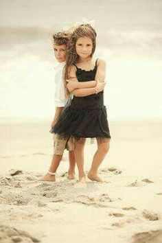 How to Take Good Beach Photos Brother Sister Poses, Brother Sister Pictures, Brother Sister Photography, Sister Photos, Sibling Photography, Children Photography, Kids Beach Photography, Kids Beach Photos, Sibling Beach Pictures