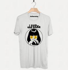 """Pulp Fiction, um dos grandes sucessos de Quentin Tarantino nos apresenta alguns personagens memoráveis que continuam vivos na cultura pop nos dias de hoje. Uma Thurman interpreta Mia Wallace: a """"jovem e bela esposa de Marsellus"""". #tarantino #miawallace #pulpfiction #tshirt #camiseta #camisetapersonalizada #sublimação #moda #girassol #sunflower"""