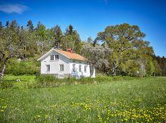 En sjökapten och hans familj har bott här. På 1800-talet. Nu kan du få överta nycklarna till det vita kaptenshuset i Syltenäs. Här ser du ängarna och fjorden från sovrummet. Här värmer järnkaminen upp vardagsrummet. Och här blommar vildhallon och syrener i trädgården. Här är gudagott att vara.