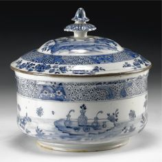 A MILAN WHITE AND BLUE MAIOLICA SOUP TUREEN, CIRCA 1750, MINOR RESTORATION, SOME DEFECTS