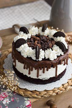 He disfrutado como niña haciendo esta tarta de Oreo y Cheesecake. Y mira que tengo que reconocer que no me gustan nada o casi nada las galletas oreo, pero reconozco que son ideales para hacer tartas y postres..ahora entiendo tanto