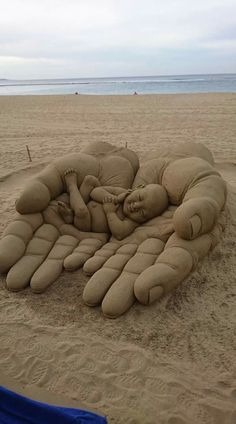 Summer time brings vacations at the beach and time to create with sand. Time for building a sand castle or going to a sandcastle contest. Time to view some awesome sand art sculptures! Here is: HE'S got the whole world in HIS hands! Land Art, Art Plage, Art Et Nature, Wow Art, Beach Art, Ocean Beach, Nature Beach, Ocean City, Summer Beach