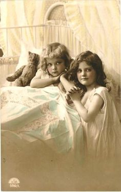 Vintage Postcard ~ Sisters with their Teddy bear. Vintage Abbildungen, Images Vintage, Vintage Girls, Vintage Pictures, Vintage Beauty, Old Pictures, Vintage Postcards, Vintage Prints, Old Photos