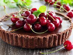 """Se per le ciliegie vale il famoso motto """"una tira l'altra"""" e del cioccolato si dice che """"non c'è nulla che non possa risolvere"""", allora un mix di questi due magici ingredienti vi porterà dritti in paradiso. E se con questo caldo l'idea di accendere..."""