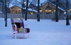 Nooran verhoomo, Tallipiha. Iloinen Irmeli Tallipihan viereisessä Finlaysonin palatsin puistossa.