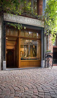 De gevel van mijn winkel, een prachtig Art-Nouveaupand. #Wim Meeussen