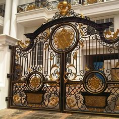 Top 50 Modern And Classic Iron Gates You Wish To see Them - Engineering Discoveries House Main Gates Design, Front Gate Design, Door Gate Design, Metal Gates, Wrought Iron Gates, Front Gates, Entrance Gates, Steel Gate Design, Iron Doors