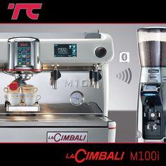 BARISTA DRIVE SYSTEM: COSA È?  Si tratta di un sistema integrato di Cimbali che facilita l'operatività del barista grazie al dialogo via bluetooth tra macchina e macinadosatore. Il barista è guidato step by step durante tutta la fase di preparazione della bevanda, dalla macinatura del caffè all'erogazione.  #TecnoClinicConsiglia #cimbali #cimbalim100i #caffè #barista #design #intelligenza #bar #genova #iggenova #drivesystem #macinatura #coffee Barista, Espresso Machine, Bluetooth, Coffee Maker, Kitchen Appliances, Design, Espresso Coffee Machine, Coffee Maker Machine, Diy Kitchen Appliances