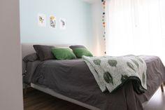 Decoración dormitorio de matrimonio en tonos verde botella. Cojines a juego de la manta estampada Gamusino de HomebyFama. Bed, Furniture, Home Decor, Green Sofa, Bed Throws, Queen Bedroom, House Decorations, Bed Feet, Shades Of Green