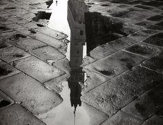 Le Campanile du Palazzo Vecchio se reflétant dans une Flaque d'eau Vers 1950-1960. prise de vue réalisée à Florence...  Balocchi Vincenzo