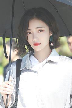 Ulzzang Short Hair, Korean Short Hair, Ulzzang Girl, Pretty Korean Girls, Beautiful Asian Girls, Long Hair With Bangs, Short Hair Cuts, Medium Hair Styles, Curly Hair Styles