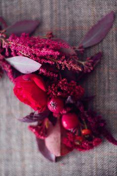 Tischdeko in Beerentönen für eine magische Herbsthochzeit