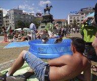 """Los búlgaros protestan en la """"playa"""" contra las vacaciones de los diputados"""