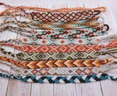 Diy Bracelets Patterns, Thread Bracelets, Bracelet Designs, Loom Bracelets, Macrame Bracelets, String Bracelets, Macrame Jewelry, Summer Bracelets, Cute Bracelets
