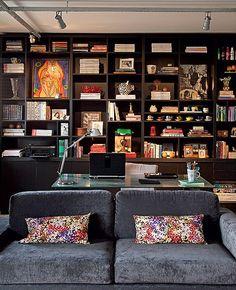 Como home office e living são totalmente integrados, a arquiteta Gabriela Marques projetou uma estante que serve aos dois ambientes.