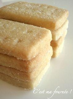 Shortbreads  300g de farine  200g de beurre 100g de sucre  Melanger le beurre mou(pommade) avec le sucre jusqu'à ce que le mélange devienne blanc. Puis incorporer la farine. Ne pas trop travailler la pâte. Au four 10 à 15 minutes à 180°C