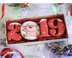 70 DIY Ideas of Simple Christmas Cookies Latest Fashion . New Years Cookies, Christmas Cupcakes, Cute Cookies, Holiday Cookies, Cupcake Cookies, Sugar Cookies, Pig Cookies, Decors Pate A Sucre, Traditional Christmas Cookies