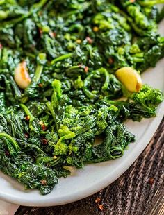 Sauteed Broccoli Rabe with Garlic. How to cook Broccoli Rabe with Garlic and Crushed Red Pepper. It's so easy to make and a healthy Italian side dish. Sauteed Broccoli Rabe, Broccoli Rabe Recipe, Raw Broccoli, Rappini Recipes, Side Recipes, Veggie Recipes, Family Recipes, Delicious Recipes, Italian Recipes