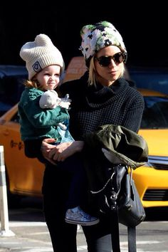 Sienna Miller and daughter Marlowe Sturridge in NYC Sienna Miller Daughter, Sienna Miller Style, Street Style Trends, Mommy Style, Laid Back Style, Victoria Dress, Autumn Winter Fashion, Winter Style, Street Chic