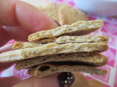 Avete già visto i crackers sfogliati, leggeri che, spezzandosi, lasciano intravedere le sfoglie int