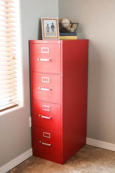 File Cabinet Makeover Using Chalk Paint - Cabinet - Ideas of Cabinet - Give your old boring file cabinet an amazing facelift using chalk paint and the HomeRight Finish Max Fine Finish sprayer! Office Makeover, Cabinet Makeover, Painted File Cabinets, Filing Cabinets, File Cabinet Paint, Office Cabinets, Filing Cabinet Redo, Painting Metal Cabinets, Filing Cabinet Organization
