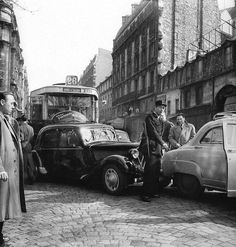 Citroën Traction Avant (accident à Paris, 3/1954) [photo Robert Doisneau]