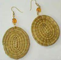 Os brincos feitos de capim dourado são muito exuberantes e sempre entram na moda quando o verão desp