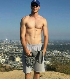 Jacob Elordi he is hot as hell mann Hot Actors, Actors & Actresses, Beautiful Boys, Pretty Boys, Hello Gorgeous, Noah Flynn, Joey King, Kissing Booth, Hommes Sexy