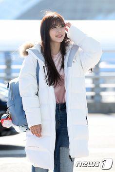 Dàn sao Hàn tại sân bay tiến tới MAMA 2016: Có khi còn lung linh hơn cả thảm đỏ! - Ảnh 12. Kim Yoo Jung Park Bo Gum, Kim You Jung, Airport Style, Airport Fashion, Korean Actresses, Lunges, Parks, Kpop, Winter Fashion