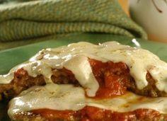 """Aprenda a fazer o clássico <a href=""""http://mdemulher.abril.com.br/culinaria/receitas/receita-de-bife-parmegiana-613839.shtml"""" target=""""_blank"""">bife à parmegiana</a>."""