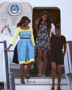 First Lady Michelle Obama arrives with daughters Malia Obama and Sasha Obama at Stanstead airport on June 15 2015 in London England The First Lady is. Malia Obama, Michelle Et Barack Obama, Barrack And Michelle, Barack Obama Family, Michelle Obama Fashion, Obama Daughter, First Daughter, Obama Sisters, Presidente Obama