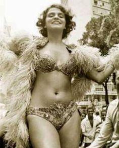 """Leila Diniz, atriz: Leila Roque Diniz (1945—1972), conhecida como a """"Mulher de Ipanema"""", defensora do amor livre e do prazer sexual é sempre lembrada como símbolo da revolução feminina , que rompeu conceitos e tabus por meio de suas idéias e atitudes. Morreu num acidente aéreo aos 27 anos, no auge da fama, quando voltava de uma viagem feita para a Austrália. Sua amiga, a atriz Marieta Severo e o compositor e cantor Chico Buarque de Hollanda criaram a filha de Leila"""