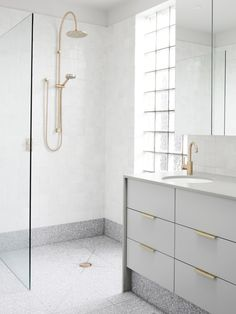 Grey terrazzo floors and white walls for a peaceful bathroom look. Terrazzo inspiration for home interiors and redecoration ideas. Interior Design Hd, Bathroom Interior Design, Home Interior, Interior Modern, Minimal Bathroom, Modern Bathroom Design, White Bathroom, Small Bathroom, Glitter Bathroom