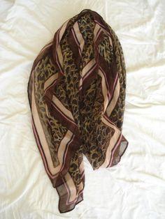 Roze/bruine sjaal met luipaardprint.