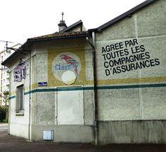 Des signes sur les murs: Carrosserie Simon.